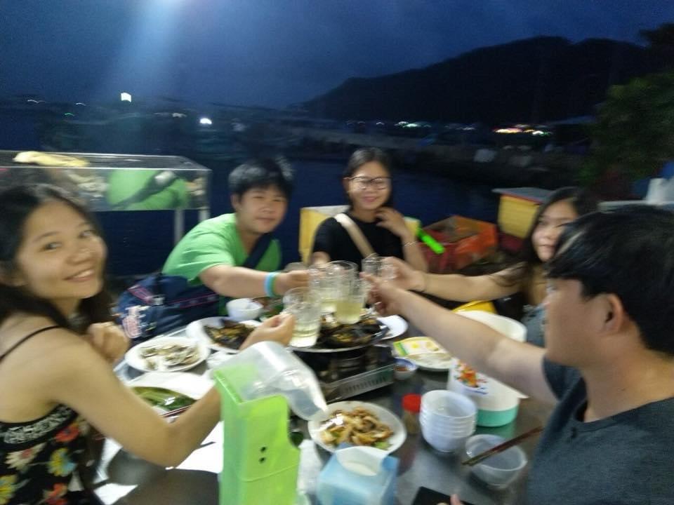 khách ăn uống tại nhà nghỉ đảo Nam Du Hoàng Gia.jpg